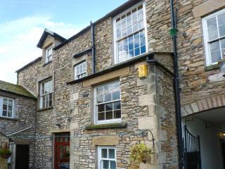 COURTYARD HOUSE, Grade II listed, hot tub, woodburner, en-suites, in Kirkby