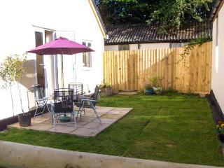 DUMBLEDORE, ground floor, pet-friendly, enclosed garden, WiFi, near Gt.Torrington, Ref 919077, Langtree