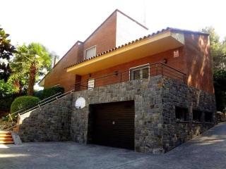 Magnífica Casa Rodeada de Bosques, con Piscina, Sauna, y una Gran Barbacoa !!, Sabadell
