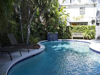 Pete's Cottages: Twin Cypress cottages steps from Duval, Key West