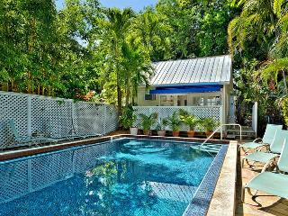 Colony Poolside: A charming bungalow near the historic cemetery, Key West