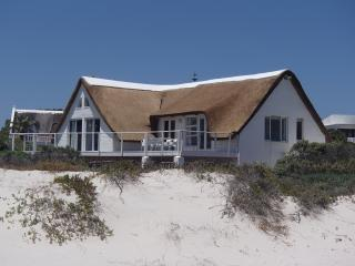 ON-THE-BEACH!! HOLIDAY VILLA KOMMETJIE RENTAL, Kommetjie