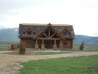 Eagles Eyrie is 3 levels of beautful log cabin with 4 bedrooms and 6 bathroom, Island Park