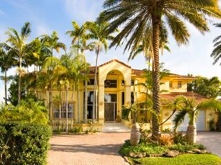 2 Story Luxury Wayerfront Mansion Minutes to South Beach free 40' yacht 4 nts+