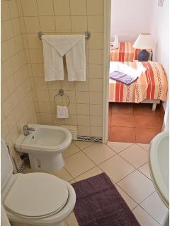 Bath (ensuite)