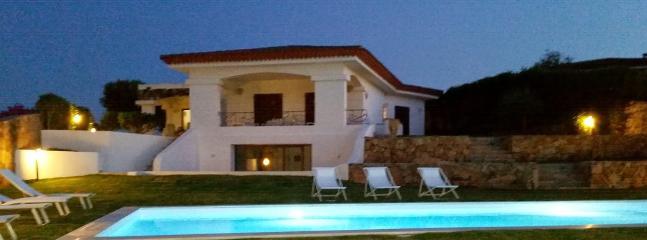 Vista notturna della villa dalla piscina