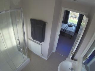 Large Private En-Suite Bedroom in North Swindon