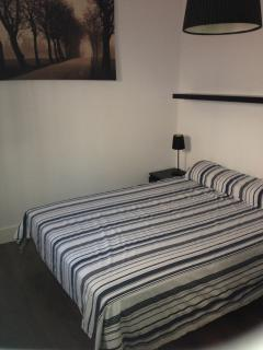 Uno de dos dormintorios, con cama grande.