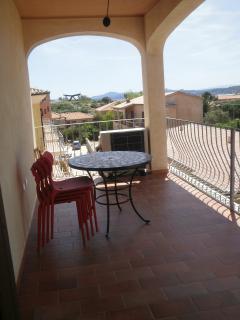 Terrazza arredata di tavolo e sedie comunicante con il soggiorno