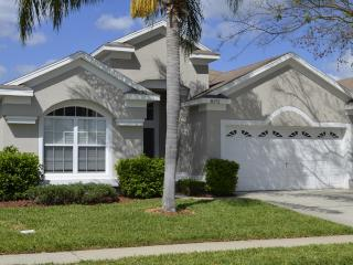 Luxury Vacation Pool Home, Steps to Disney, Gated Community, Free WIFI & BBQ