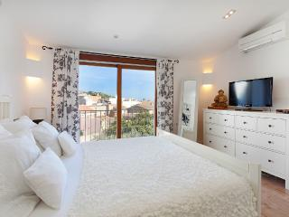 Townhouse with jacuzzi walking distance to plaza, Pollença