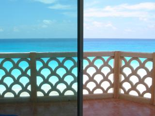 Spring Special BEACH FRONT Cancun corner unit, Cancún