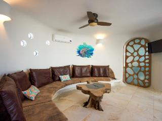 Amazing, brand-new seafront luxury suite w/ shared pool, beach access, Placencia