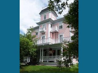 The Old Mansion House - Historic 8 Bedroom Home, Magog