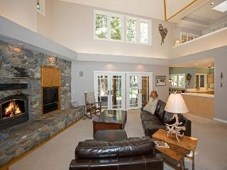 Roundhill Retreat -Beautiful Tahoe Donner 3 BR with Hot Tub and Many Upgrades, Truckee
