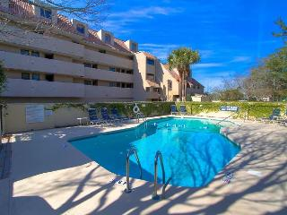 Beautiful HarbourSide Villa, Pet Friendly, Free Bikes, Pool, Beach Shuttle