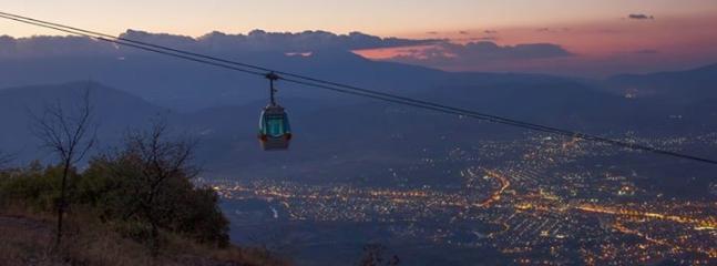 O céu-forro da montanha Vodno, com vista para Skopje
