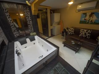 """The 1"" Hot Tub 2 AC's 3 blocks Lleras. 2 TV Safe, Medellín"