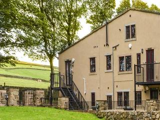 HEATHCLIFFE, ground floor apartment, underfloor heating, countryside views, near Haworth, Ref 918106