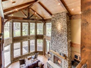 Stunning mountain lodge with private hot tub & SHARC access!, Sunriver