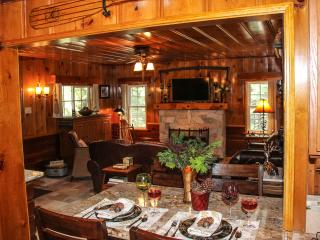 HISTORIC HERSHEY CABIN, ROMANTIC & COZY - JUST FOR 2, IMMACULATE, LAKE/TRAILPASS, Lake Arrowhead