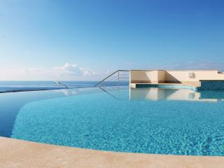 Beau View Townhouse, Walk to Peyia Village and Enjoy Stunning Views