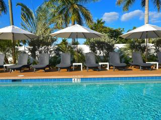 New Stunning Beach Villa Htd Pool/Spa Near Beach!