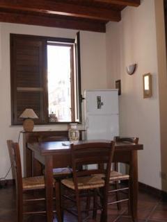 cucina arredata con tavola 4 posti, frigo ampio lavatrice e fuochi a induzione