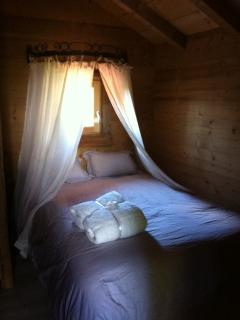 Chambre parents avec un lit 140 cm
