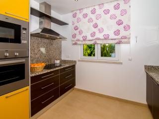Fully equipped Kitchen with oven, mikrowave, and fridge with freezer