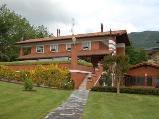 Villa entera,confortable, piscina,tenis,jardin,barbacoa,13 km a San Sebastian.