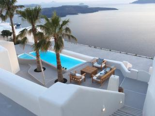 Villa Aura, 3 bedrooms, pool with endless views,, Santorini