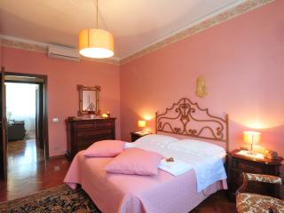 Double bedroom with king size bed   Camera da letto matrimoniale