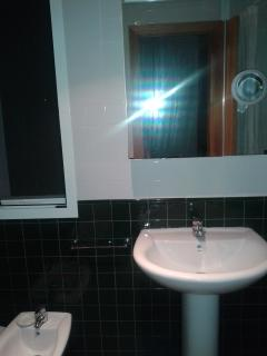 Cuarto de baño completo con 4 piezas y ventana: wc, bidét, lavabo y bañera.