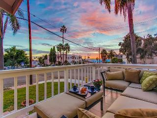 LUXURIOUS HOME w/ HARBOR+CITY VIEWS FROM PRIVATE DECK; 5 MIN to ZOO, DWNTN, PARK, San Diego