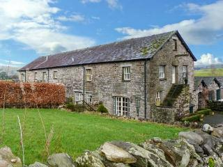 5 THE GRANARY, garden, WiFi, off road parking, near Kendal, Ref 904994