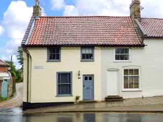 POET'S CORNER, Grade II listed cottage with WiFi, small garden with furniture, n