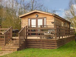 CEDAR LODGE, detached lodge on Tattershall Lakes Country Park, private hot tub, on-site facilities, near Tattershall, Ref 920505