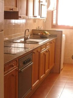 ground floor fully equipped kitchen (dishwasher, washer, oven, 4 ceramic plates, toaster, ...)