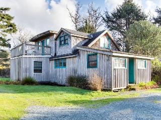 Lovely dog-friendly home with mountain views, close beach access and firepit!, Rockaway Beach