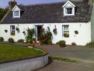 BLUEBELL COTTAGE, coastal stone cottage, enclosed garden, parking, in Portmahoma