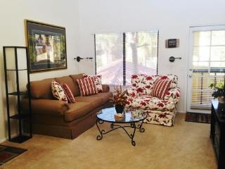 Delightful with pool view in Scottsdale-enjoy NOW!