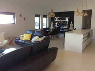 Central Port Fairy, Spacious and Stylish Apartment