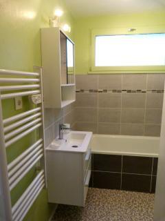 salle de bain, avec fenêtre ( Est ) et lave-linge, baignoire + douche.