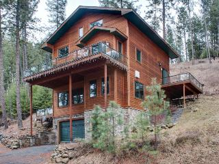 Mountain lodge near Lake Coeur d'Alene w/ spacious decks, Harrison