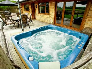 Honey Lodge Retreat - Log burner, Hot tub & Sauna