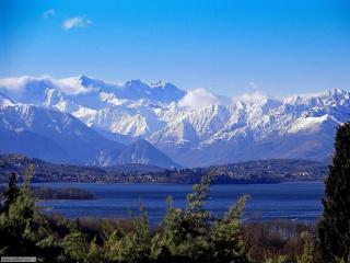 Vista del lago Maggiore e monti-Lake Maggiore and mountains