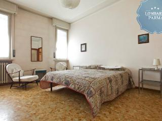 Room in an apartment close to city center/Hospital, Parma