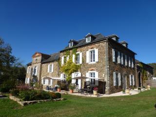 Château de Vèzes   4 gîtes  avec 2 piscines  calme, Aveyron
