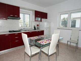Apartment V2, Mandre